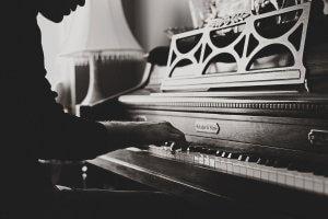 Klavier schwarz-weiss