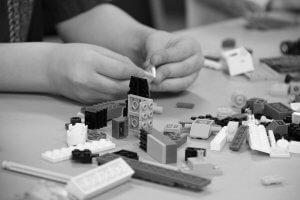 Lego Bastelndes Kind Hände schwarz weiss